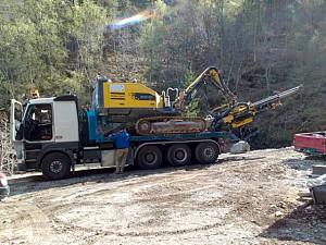 Transport av borerigg til skogsveg bygging